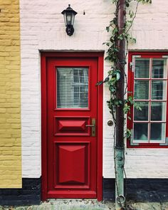 Ich liebe diese bunten Türen und Fischerhäuser im Oluf-Samson-Gang in #Flensburg. ♥️⚓️ Ganze 10 Adressen, die ihr in der Fördestadt unbedingt mal besuchen solltet, habe ich euch in meinem neuen Blogpost zusammengestellt: Cafés, Restaurants, Läden, Ateliers..  Link im Profil.  #igersflensburg #olufsamsongang #schleswigholstein #meinsh #fördefräulein #fischerhaus #romantisch #entdeckeflensburg