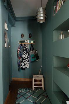 Elsa Poux et Jean-Claude, Matteo Prune 13 ans - The Socialite Family Hallway Inspiration, Hall Furniture, Wooden Shutters, Entrance Hall, Make Arrangements, Home Interior, Interior Colors, House Painting, Colorful Interiors