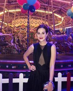 Outfit + carousel at the #fundfair yesterday! De vestido @barbaracasasola bolsa @jimmychoo brinco vintage e batom Retro Matte Liquid Dance With Me @maccosmetics para a Fund Fair @nakedheartfoundation! Vic Ceridono | Dia de Beauté