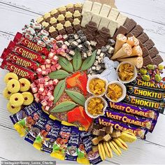 A talented mother of five boys has revealed how she put together the ultimate Australia Day celebration platter - and it's stuffed full of all your favourite Aussie treats. Australian Party, Australian Christmas, Australian Food, Xmas Food, Christmas Desserts, Christmas Wreaths, Weekender, Violet Crumble, Australia Day Celebrations