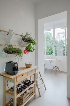 Decoração de apartamento pequeno, decoração minimal, paredes brancas, marcenaria, luz natural.