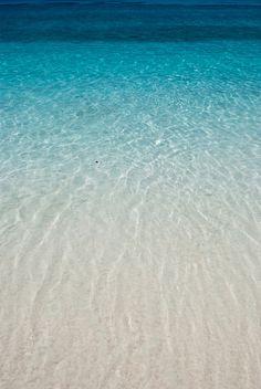 kleurverloop: Van een kleurverloop is sprake als de kleur geleidelijk verandert in een andere kleur, bijvoorbeeld van diepblauw naar wit. Doormiddel van kleurverloop kan in een tekening een geleidelijke overgang van licht naar donker worden gesuggereerd.