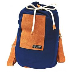 Dieser praktische Rucksack in Seesack-Optik eignet sich bestens für Freizeitkapitäne. Gefertigt aus widerstandsfähigem Softshell-Material und Leder. #Seesack #softshell #rucksack Soft Shell, Material, Backpacks, Bags, Fashion, Leather Duffle Bag, Clothing Accessories, Taschen, Handbags