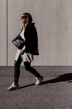 Die Modetrends für 2021 sagen uns bequeme Zeiten voraus und wir haben die Qual der Wahl. Sneaker für den Frühling gibt es viele – am Modeblog stelle ich dir die schönsten und ein Frühlingsoutfit vor. www.whoismocca.com Casual Chic Outfits, Sneaker Outfits, Outfit Jeans, Love Her Style, Style Me, Fashion Bloggers, Fashion Trends, Curvy Plus Size, Office Attire