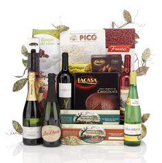 Lote de Navidad 7, 16 productos presentados en una bonita caja navideña. Consta de 3 piezas de ibéricos, 5 botellas de vino y cava y diferentes dulces y turrones.