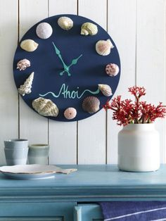 DIY idea with the flair of the sea: make a clock from shells- DIY-Idee mit Meerflair: Uhr aus Muscheln basteln What do I do with the beautiful shells from the last holiday? How about a pretty wall clock. Here are the instructions. Seashell Projects, Seashell Crafts, Beach Crafts, Diy And Crafts, Make A Clock, Diy Clock, Recycler Diy, Deco Marine, Ideias Diy