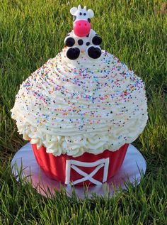 Great way to use that large cupcake pan again! Cow Cupcakes, Giant Cupcake Cakes, Large Cupcake, Farm Animal Birthday, Farm Birthday, 1st Birthday Parties, Birthday Ideas, Cow Birthday Cake, Barnyard Party