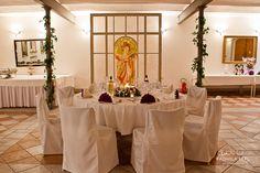 wedding location with round table by © radmila kerl wedding photography munich  Hochzeitssaal mit runden Tischen