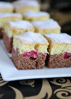 Šľahačkový koláčik s ovocím - Mňamky-Recepty. Strawberry Whipped Cream Cake, Whipped Cream Cakes, Strawberry Cakes, Bosnian Recipes, Croatian Recipes, Food Cakes, Cupcake Cakes, Sweet Recipes, Cake Recipes