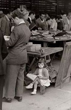 Little girl reading at a book sale.looks like a scene from my childhood! I Love Books, Good Books, Books To Read, My Books, People Reading, Woman Reading, Children Reading, Girl Reading Book, Book People