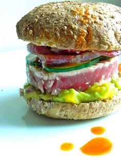 Rica hamburguesa con atún sellado en lugar de carne de res.