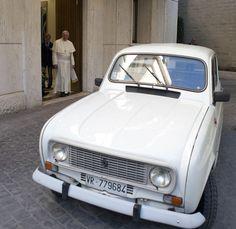 Papa Francisco ganhou de presente um Renault 4 branco, modelo 1984, o mesmo que costumava dirigir na Argentina - http://epoca.globo.com/tempo/fotos/2013/09/fotos-do-dia-11-de-setembro-de-2013.html (Foto: AP Photo/L'Osservatore Romano, ho)