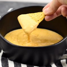 Easy (and gluten free) 5 minute nacho cheese sauce. You won't believe how easy and delicious this is! Easy (and gluten free) 5 minute nacho cheese sauce. You won't believe how easy and delicious this is! Homemade Nachos, Homemade Sauce, Clean Eating Snacks, Appetizer Recipes, Gluten Free Appetizers, Recipes Dinner, Mexican Food Recipes, Taco Bell Recipes, Hummus