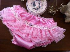 """No passeio de fim de tarde, o conforto e a beleza dos detalhes...  Calcinha em seda rosa, tipo """"Bumbum rico"""", com aplique de renda de nylon e renda de gripie, pérolas artificiais brancas e mini rosas de fita rosa e lavanda.  Todas as rosas e gripies foram aplicadas manualmente, com linha de algodão dupla.  Tamanho: Medidas da calcinha completamente esticada:  cintura: 29 cm  perna:20  Tamanho: Medidas da calcinha normal  cintura:19cm  perna: 14cm R$ 29,00"""
