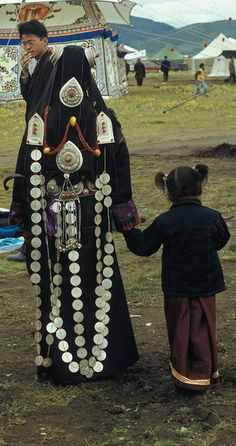 Mother and Daughter in Litang Horse Tibet. Cultures Du Monde, World Cultures, Traditional Fashion, Traditional Dresses, Costume Ethnique, Burma, Culture Art, Festivals Around The World, Folk Costume
