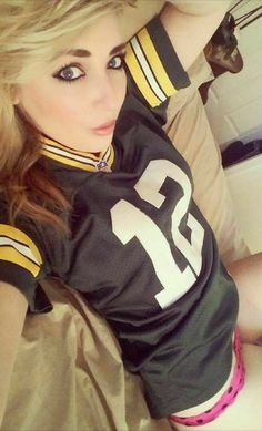 Packer fans looking pretty good! Lot's of amazing Green Bay fans out there, this one doing her part to support the team! Nfl Football Helmets, Packers Football, Football Girls, Football Fans, Steelers Fans, Female Football, Steelers Stuff, Green Bay Packers Cheerleaders, Nfl Cheerleaders