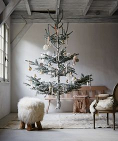 Styling: Cleo Scheulderman @vtwonen Photo: Alexander van Bergen Zwevende kerstboom - vtwonen #christmas #tree #fairytale #winter