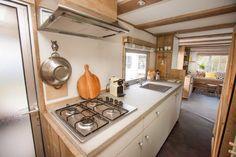 De nieuwe keuken van de Jungle Lodge! Wie zou hier nou geen lekker eitje op kunnen bakken? #glamping #food #zeeland #stoerbuiten Caravan Decor, Mobile Home, Lodges, Glamping, Kitchen Island, Den, Garage, Spaces, Home Decor