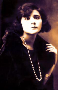"""Non ho mai condiviso nulla di questa poetessa.  Molto interessante come personaggio, una delle prime """"femministe"""".  """"Il mio mondo non è come quello degli altri, voglio di più, esigo di più, c'è in me una sete d'infinito, un'angoscia costante che io stessa non comprendo, visto che non sono affatto una pessimista. Sono [segue]""""  #florbelaespanca, #poesia, #lettere, #italiano,"""