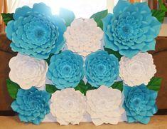 Telón de fondo de flores de papel: En azul y blanco por MiniIdeas