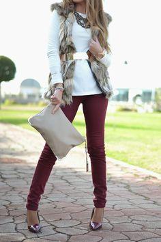 pantalon en burdeos - jersey blanco & chaleco piel