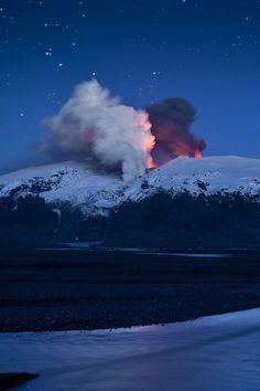 Volcán en la nieve