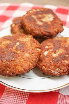 Southern Salmon Patties are a very inexpensive meal and an easy recipe to make. Learn how to make salmon patties in this easy step-by-step tutorial. Canned Salmon Patties, Best Salmon Patties, Southern Salmon Patties, Fried Salmon Patties, Canned Salmon Recipes, Salmon Croquettes, Salmon Patties Recipe, Fish Recipes, Seafood Recipes