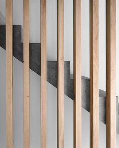 Massiv solide: Wohnhaus in Trin Moderne Treppen aus Beton und Holz The post Massiv solide: Wohnhaus in Trin appeared first on Farah& Secret World. Concrete Staircase, Stair Handrail, Wood Stairs, House Stairs, Staircase Design, Stairs Window, Banisters, Railings, Wood Architecture