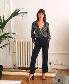 Jeane Damas apostou em uma camisa com poá discreto e uma calça de alfaiataria preta. Um combo essencial para o dia a dia.