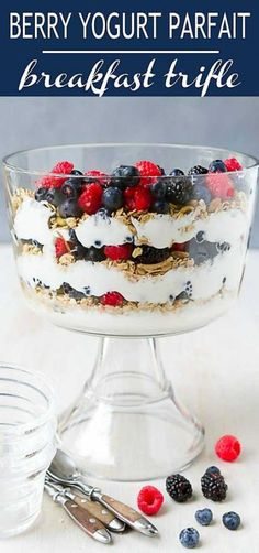 Berry Yogurt Parfait Breakfast Trifle Guests coming over for brunch? Turn your favorite yogurt parfait recipe into a healthy trifle recipe that can feed a crowd. Great for the holidays, too. 154 calories and 3 Weight Watchers Freestyle SP Brunch Ideas For A Crowd, Easy Brunch Recipes, Healthy Brunch, Breakfast Recipes, Brunch Foods, Breakfast For A Crowd, Vegan Breakfast, Breakfast Ideas, Parfait Recipes