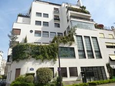 Ce magnifique appartement est situé au cœur d'un immeuble signé Robert Mallet-Stevens. La collaboration de l'architecte avec Jean Prouvé à la réalisation de cet ensemble en fait une œuvre d'art unique.