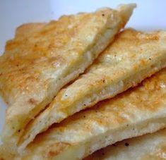 potato pie with garlic sauce Avocado Salad Recipes, Veggie Recipes, Vegetarian Recipes, Cooking Recipes, Romanian Food, Romanian Recipes, Sicilian Recipes, India Food, Vegan Dishes