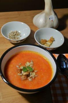 Soupe à l'ail et à la tomate Thai Red Curry, Ethnic Recipes, Desserts, Food, Tomatoes, Spanish Soup, Garlic Soup, Black Garlic, Spanish Recipes