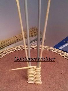 Плетение из газетных трубочек: Ручка из 2 стоечек . Простая ручка. Newspaper Basket, Newspaper Crafts, Old Newspaper, Diy Paper, Paper Art, Paper Basket Weaving, Bamboo Weaving, Pine Needle Baskets, Diy Crafts Hacks