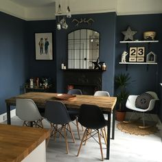 Dining Room Feature Wall, Dinning Room Wall Decor, Dining Room Paint Colors, Dining Room Walls, Dining Room Design, Dark Grey Dining Room, Dark Walls Living Room, Green Dining Room, Cottage Dining Rooms