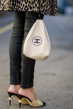 These Are Spring's Top Handbag Trends These are the main handbag trends . - These Are Spring's Top Handbag Trends These are the main handbag trends in spring - Tote Bags, Lv Bags, Fashion Trends 2018, Spring Fashion Trends, Spring Trends, High End Fashion, Trendy Fashion, Womens Fashion, Cheap Fashion