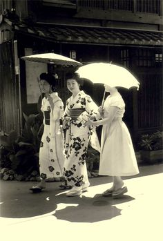 ∴ Trios ∴ the three graces, sisters, triplets & groups of 3 in art and vintage photos - Kyoto Kansuke Yamamoto. Japanese Geisha, Japanese Beauty, Vintage Japanese, Japanese Girl, Old Pictures, Old Photos, Vintage Photographs, Vintage Photos, Japanese Photography