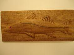 Quadro de um Robalo Flecha talhado em madeira de qualidade e resistente, com tratamento anti-cupins e encerada para dar brilho a madeira, NÃO é pintada. Pode ficar em ambiente internos ou externos.  Muito bem detalhada e realista. Linda peça de decoração. Peça feita 100% a mão. Tamanho: 42 cm de comprimento / 18 cm de altura / 2 cm de profundidade. Preço: 157,00 reais  Quantidade: Feito Sob Encomenda Trabalhamos com vários tipos de madeiras. Aceitamos encomendas em outros tamanhos.
