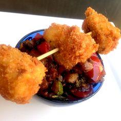 Idea per un finger food appetitoso, bocconcini di sovra coscia fritti, da gustare insieme ad una caponatina di verdure di stagione. Nella ricetta la spiegazione di come cuocere la sovra coscia , prima di friggerla, sottovuot