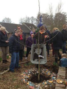 Maatschapelijk betrokken, hier plant Rebecca samen met de bewoners van het Thomashuis Zegveld een boom op het net geopende Thomaseiland, in de beeldentuin van De Blauwe Meije