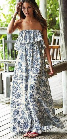 C'est une longue robe maxi blanc avec des motifs bleus imprimés ($30) et les bracelets en argent ($15). Cet ensemble est parfait pour le printemp et l'automne. On peut acheter la robe et les bracelets à Forever 21.