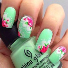 modelo de uñas color menta con rosas