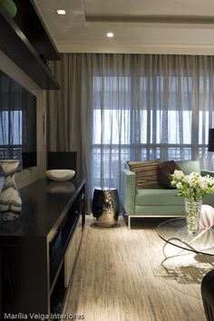 Lange gordijnen, werken in lange strepen Living Room Decor, Living Spaces, Living Room Inspiration, Beautiful Interiors, Family Room, House Design, Decoration, Interior Design, House Styles
