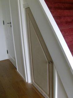 Deurtje onder de trap met opbergruimte