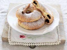 Le Ciambelline al Forno con Crema alle Nocciole sono un dolce tipico della pasticceria secca italiana. Scopri gli ingredienti e come prepararli!