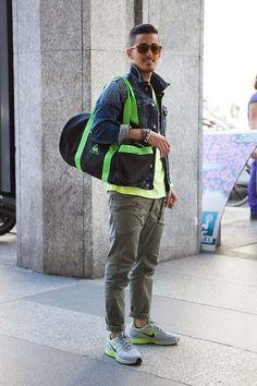 Particolari fluo sui toni del verde per uno street style milanese. Sneakers Nike Air Pegasus e borsone Polochon Active di Le Coq Sportif.