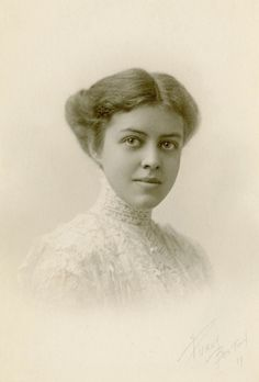 +~+~ Antique Photograph ~+~+  Stunning young woman from Boston 1911.