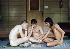 """Se o seu imaginário de um retiro nudista é composto por hippies de meia-idade jogando xadrez sem roupas, é bom dar uma olhada nesta série de fotos registrada por Laura Pannack. A fotógrafa participou de um encontro de um coletivo de nudistas britânicos, conhecido como Young British Naturists (""""Jovens Naturistas Britânicos"""", em inglês). Seu objetivo era registrar quem são estes jovens com idades entre 18 e 30 anos que se reúnem sem roupas. Em seu site, ela conta que também se despiu para…"""
