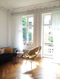 Epic Ger umiges Wohnzimmer mit Parkettboden und gem tlichem Sessel in wunschersch ner Altbauwohnung in zentraler Lage Wohnung