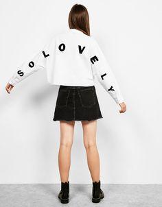 Camisa popelín bordada espalda. Descubre ésta y muchas otras prendas en Bershka con nuevos productos cada semana